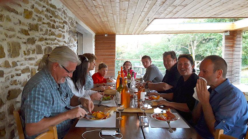 http://chambresdhote-azkena.fr/wp-content/uploads/2016/09/table-dhote-azkena5.jpg