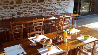petit déjeuner en terrasse - chambres d'hôtes azkena