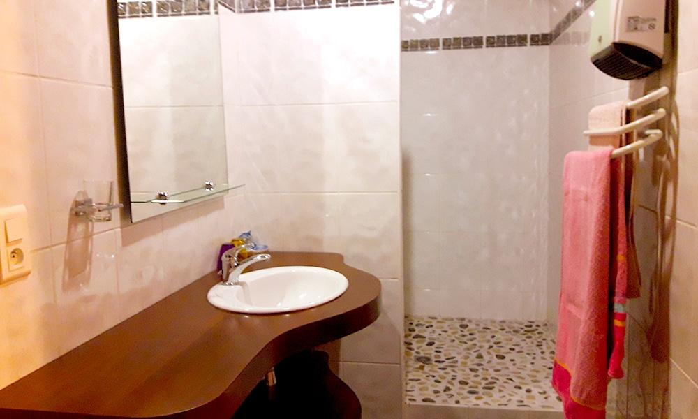 http://chambresdhote-azkena.fr/wp-content/uploads/2016/10/salle-de-bain-kaline.jpg