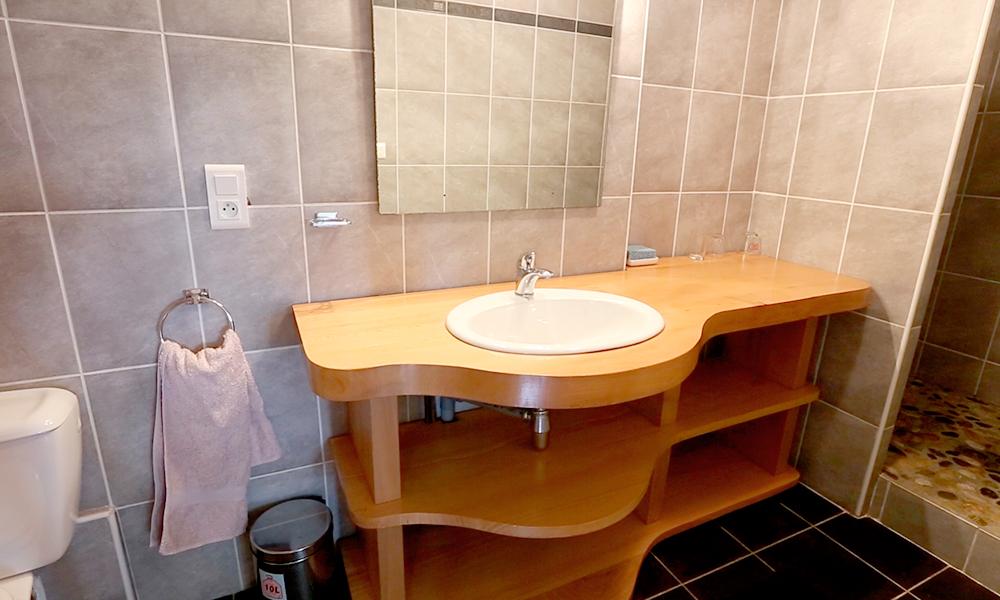 https://chambresdhote-azkena.fr/wp-content/uploads/2016/10/salle-de-bain-kanelle-1.jpg